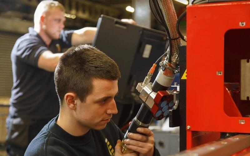 Notre logiciel CNC n'est pas créé uniquement par des développeurs experts, nos ingénieurs sont également très impliqués pour garantir l'efficacité des résultats, c'est un vrai travail d'équipe