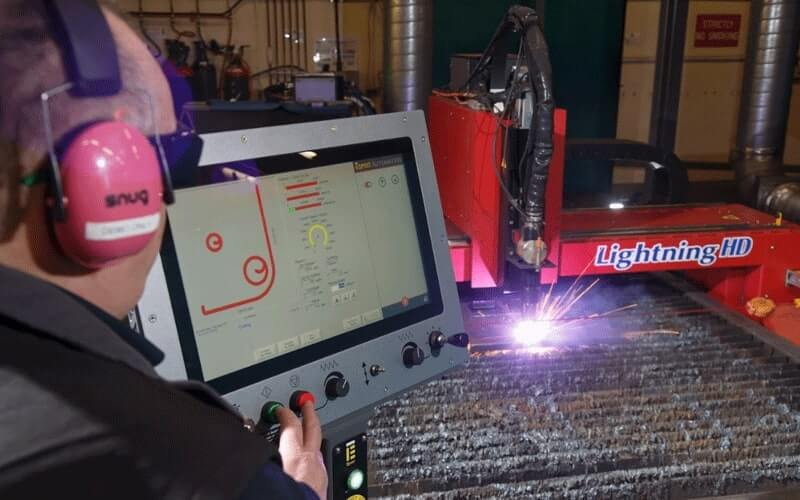 Table de découpe au plasma utilisée par un opérateur