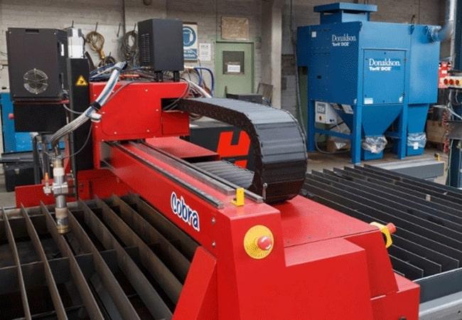 Machine de découpe plasma à commande numérique Cobra d'Esprit Automation et un système de filtration
