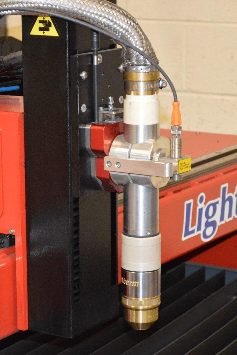 Lightning D - table de decoupe compacte d'Esprit Automation gros plan de la torche