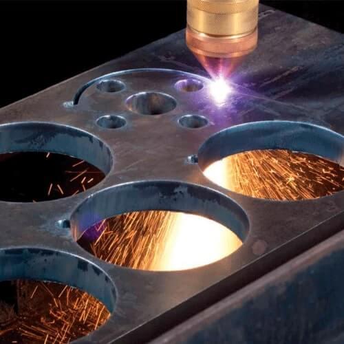 percer des trous sur une plaque d'acier doux avec une torche à plasma