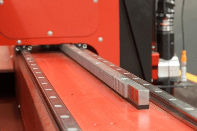 Lightning S Decoupe plasma CNC d'Esprit Automation gros plan sur les guides linéaires de précision