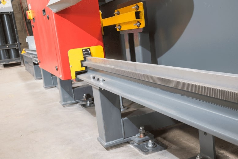 Lightning S Decoupe plasma CNC d'Esprit Automation gros plan sur les rails de précision